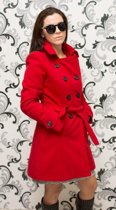 Дамско червено палто с качулка - вталено 3