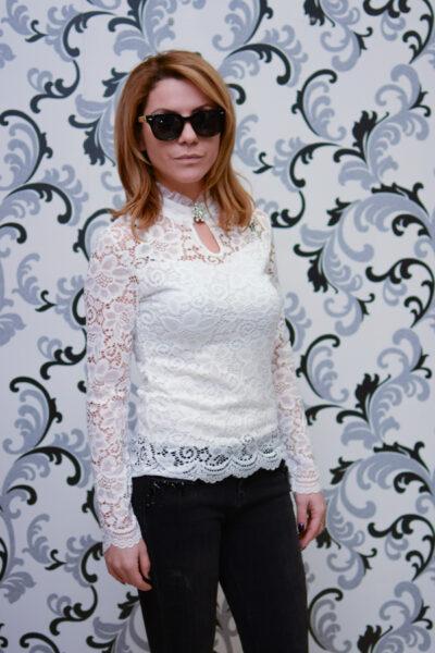 Дамска дантелена блуза с брошка - бяла 3