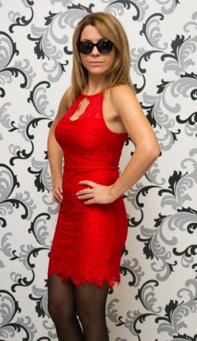 Червена дантелена рокля с втален силует 3