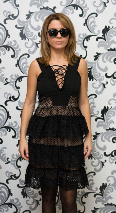 Черна рокля на волани