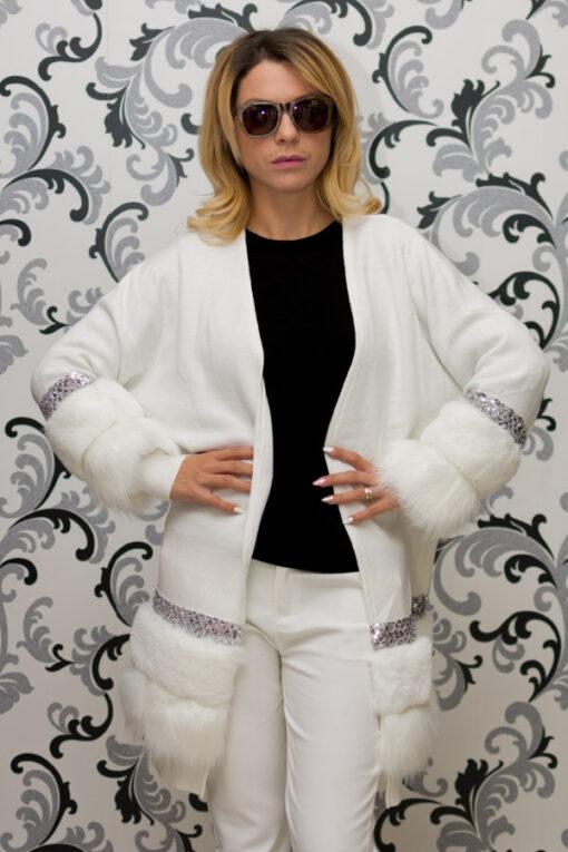 Дамска плетена жилетка с декорация - бяла 1