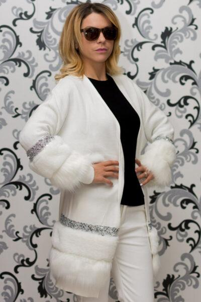 Дамска плетена жилетка с декорация - бяла 3