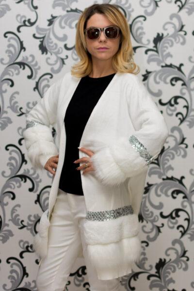 Дамска плетена жилетка с декорация - бяла 2