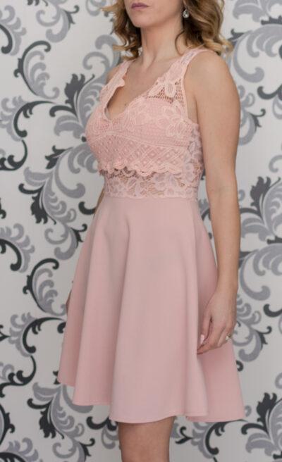 Розова разскроена рокля