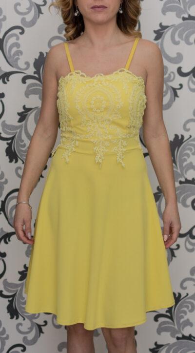 Жълта рокля с декорация