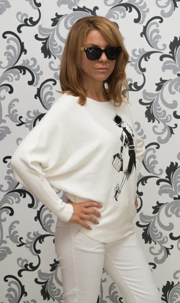Дамска плетена блуза с момиче - бяла 2