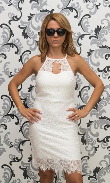 Бяла дантелена рокля с втален силует 1