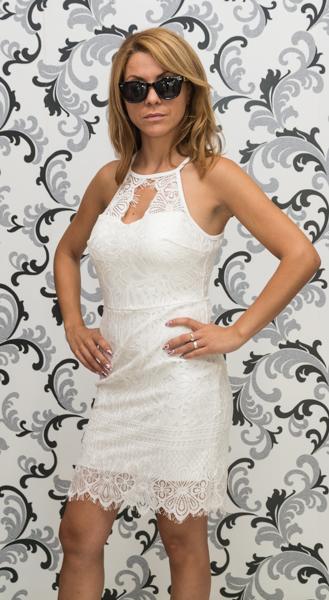 Бяла дантелена рокля с втален силует 2