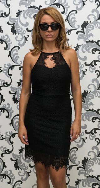 Черна дантелена рокля с втален силует 4