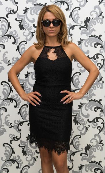 Черна дантелена рокля с втален силует 1