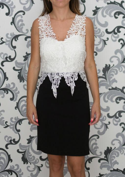 Вталена рокля с бяла дантела