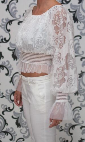 Бяла блуза на рози