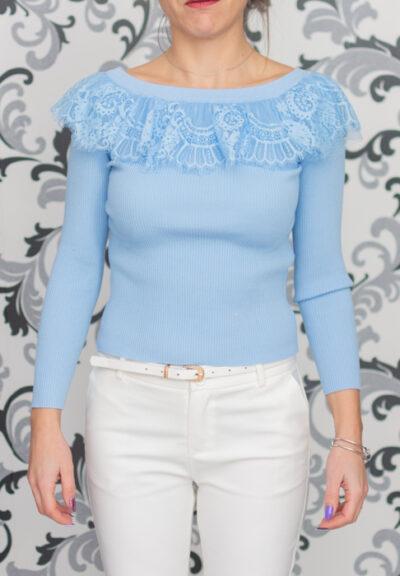 Синя блуза с дантела