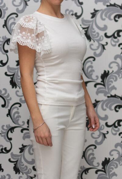 Бяла блуза с дантелен ръкав